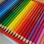 水彩色鉛筆で絵を描く