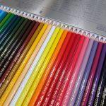 油性色鉛筆で絵を描く